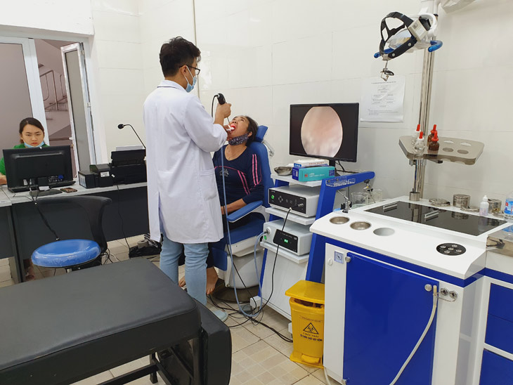Người bệnh được kiểm tra tai mũi họng bằng các thiết bị hiện đại