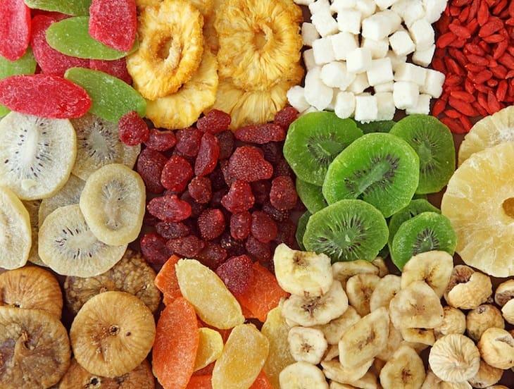 Hoa quả sấy khô cũng là một trong những thực phẩm có trong danh sách mà người bị sỏi thận cần hạn chế