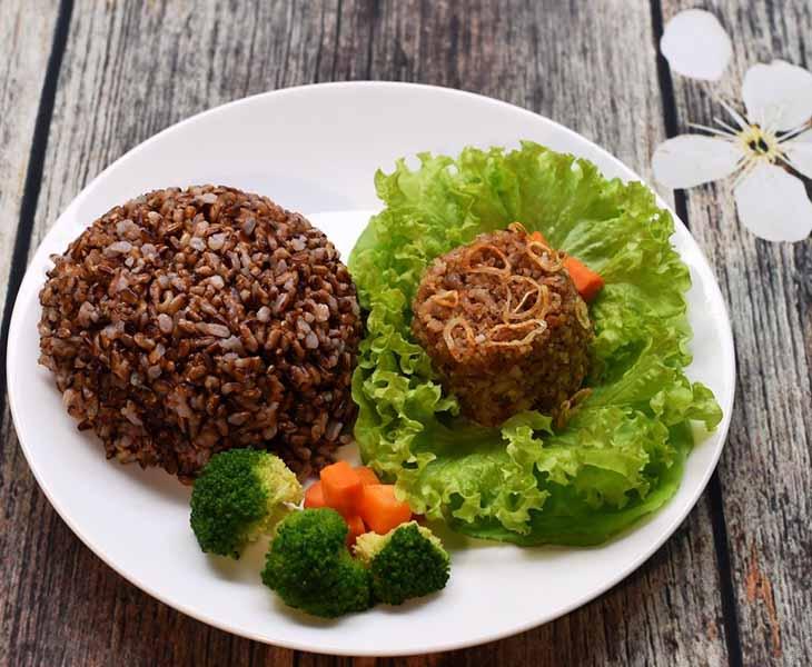 Hãy sử dụng gạo lứt kết hợp với rau xanh cho thực đơn giảm cân