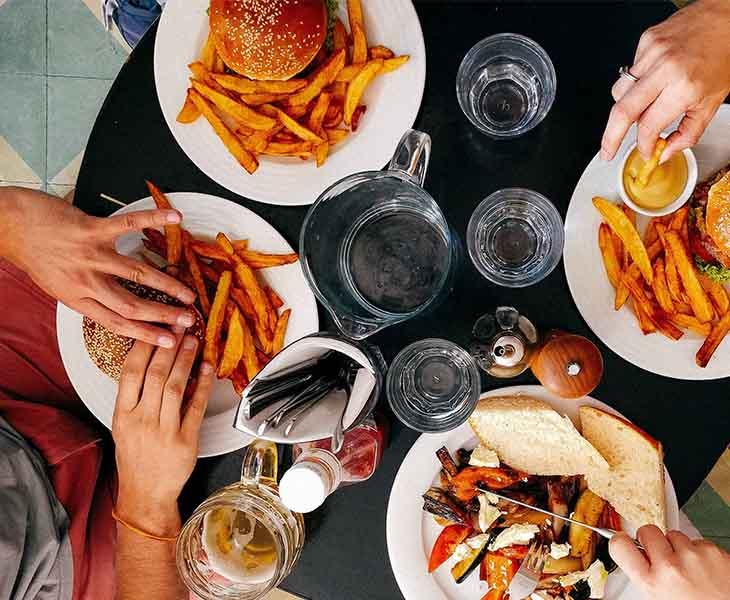 Trong thực đơn giảm cân khoa học nên tránh đồ ăn nhanh và đồ chứa nhiều dầu mỡ