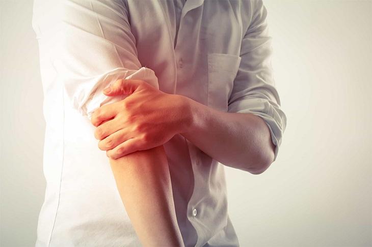 Vùng tay bị trật khớp sẽ đau nhức, sưng và bầm tím