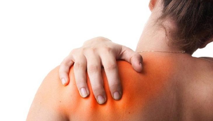 Vùng vai đau nhói, bị biến dạng và xuất hiện bầm tím khi bị trật khớp