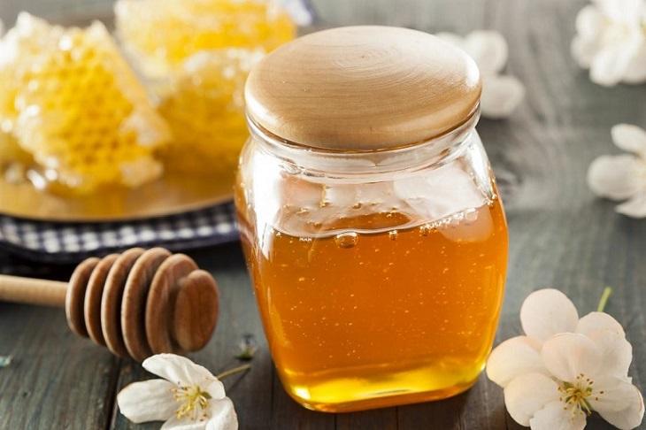 Mật ong từ lâu đã là nguyên liệu được sử dụng rất nhiều trong làm đẹp tự nhiên, được coi là bài thuốc quý để điều trị viêm da tiết bã