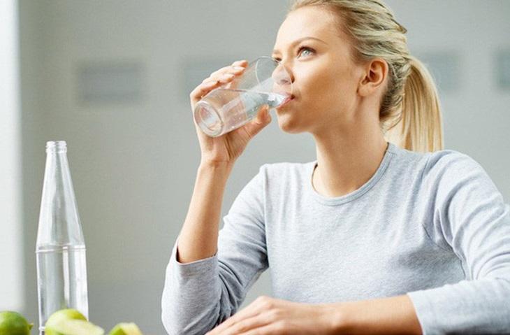 Trong thời gian trị bệnh, bạn nên uống đủ nước mỗi ngày