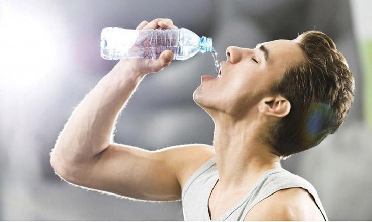 Mất nước là một triệu chứng đặc trưng của tình trạng viêm dạ dày ruột cấp