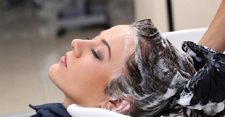 Người bệnh cần tiến hành gội đầu với các loại dầu gọi có tác dụng điều trị viêm da tiết bã tốt nhất chống rụng tóc