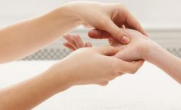 Xoa bóp massage trị tê tay chân