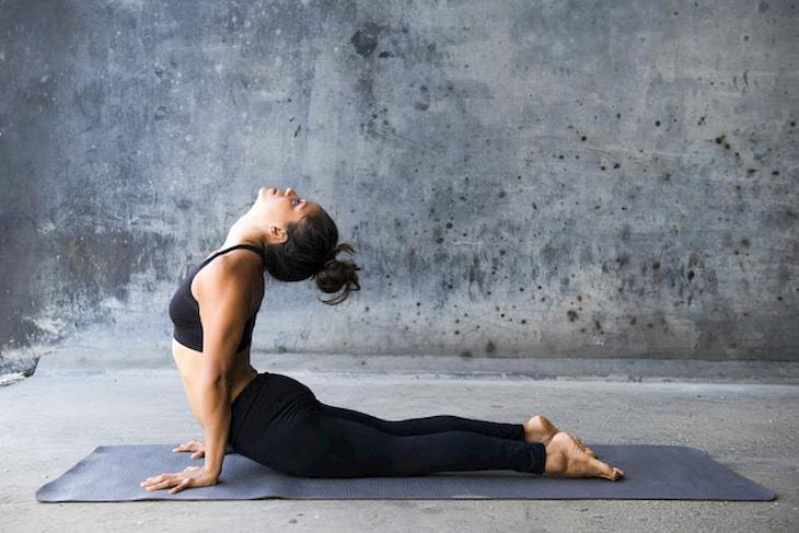 Tư thế yoga Bhujang tăng cường sức mạnh cơ lưng, bụng và toàn bộ thân trên.