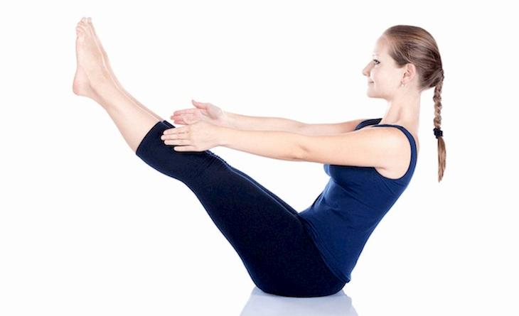 Tư thế con thuyền Naukasana cải thiện sức mạnh cơ lưng, bụng và chân