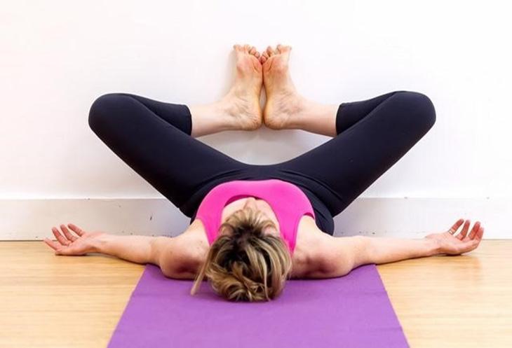 Bài tập giảm mỡ bụng trước khi ngủ gập chân trên tường còn tốt cho vùng xương chậu