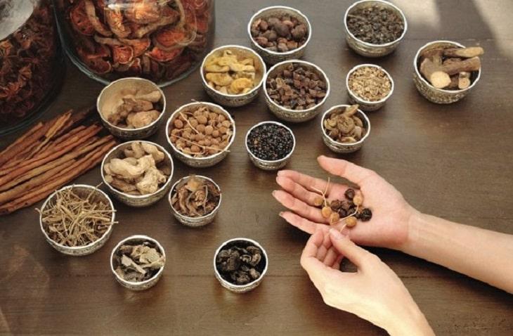 Y học cổ truyền đã nghiên cứu và sử dụng các vị thuốc nhằm bổ tỳ, bổ can thận, tiêu viêm, điều trị viêm cầu thận cấp và mãn tính, tăng sức đề kháng cơ thể