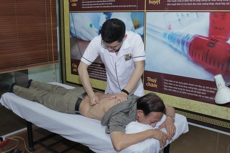 Bác sĩ Trần Hải Long phụ trách vật lý trị liệu cho nghệ sĩ Văn Báu