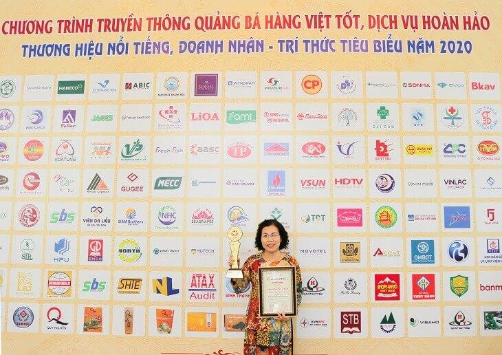 Tiến sĩ, Bác sĩ Nguyễn Thị Vân Anh trong buổi lễ trao giải thưởng
