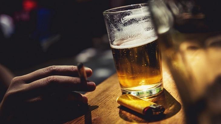 Hút thuốc và sử dụng đồ uống có cồn như rượu, bia có thể khiến thận bị viêm nhiễm, tổn thương nghiêm trọng hơn và khó có khả năng phục hồi