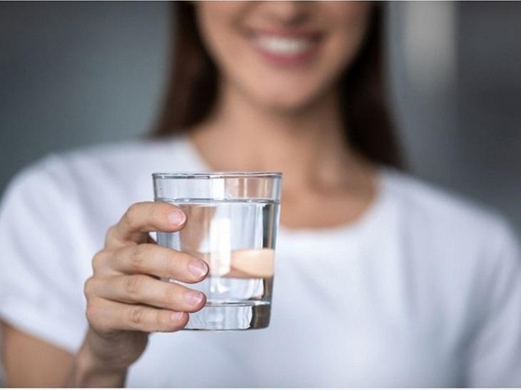 tăng cường uống nước (tối thiểu 2 lít mỗi ngày) sẽ giúp hỗ trợ thanh lọc và đào thải chất độc ra bên ngoài
