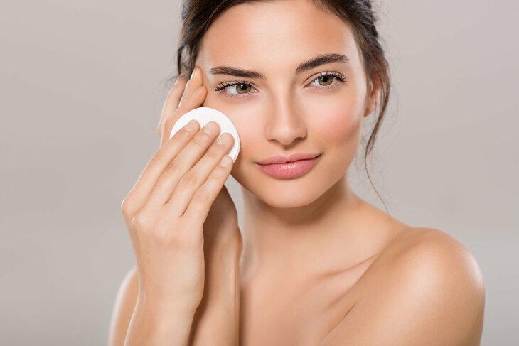 Tẩy trang là bước cần thiết cho da khô