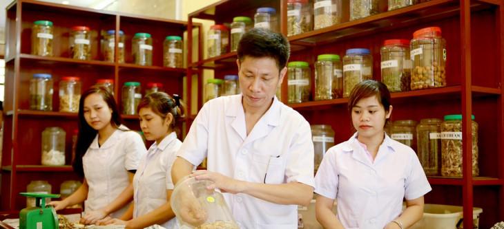 Hình ảnh bác sĩ Ngô Quang Hùng - chuyên gia lĩnh vực Đông y