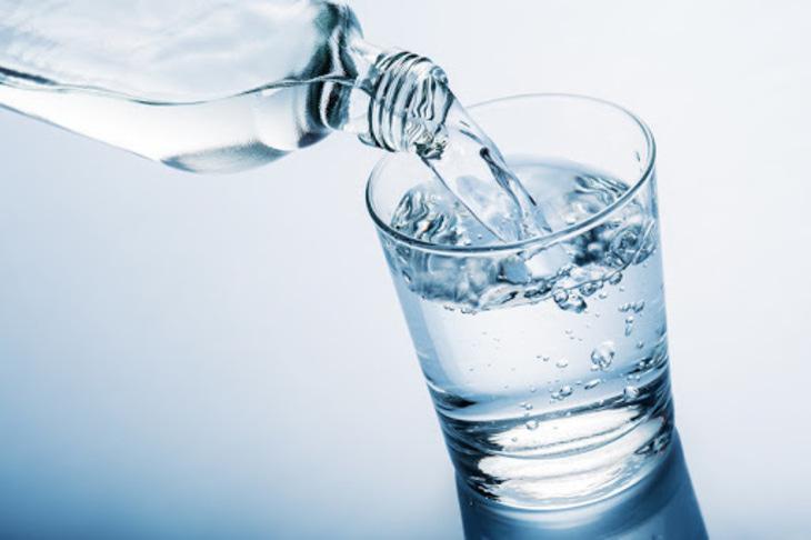 Uống đủ nước để làn da khỏe mạnh, căng mướt