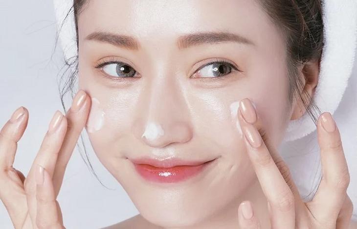 Dưỡng ẩm là bước skincare quan trọng đối với da khô