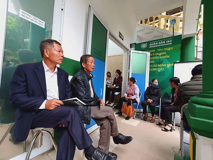 Chú Trần Minh Tiến (bên phải) đang chờ khám viêm họng tại bệnh viện Tai mũi họng Quân dân 102