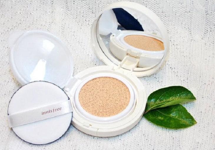 Phấn nước Innisfree cho da khô có tác dụng cấp ẩm cho da nên giúp lớp makeup cho da khô trở nên mỏng mịn tự nhiên và không bị khô mốc