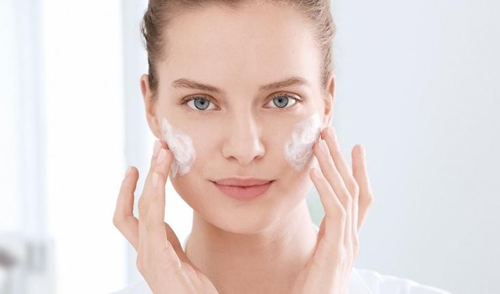 Rửa mặt sạch giúp ngăn ngừa mụn cho da khô