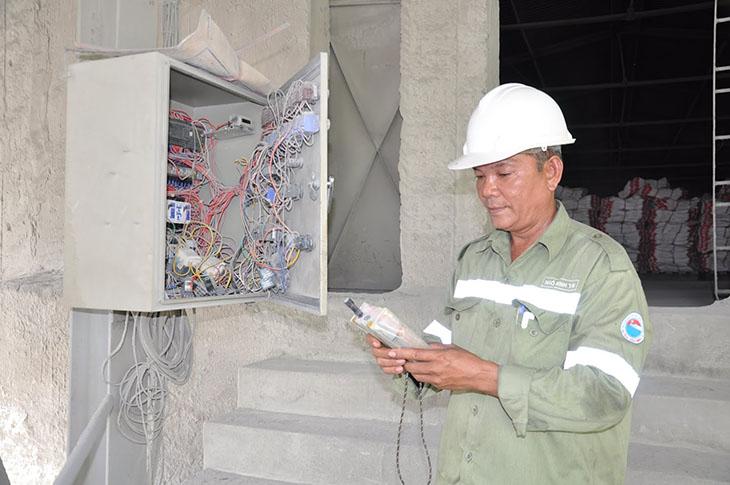 Những công nhân nhà máy xi măng như bác Tú thường phải tiếp xúc với nhiều chất độc hại ảnh hưởng tới da và hệ hô hấp