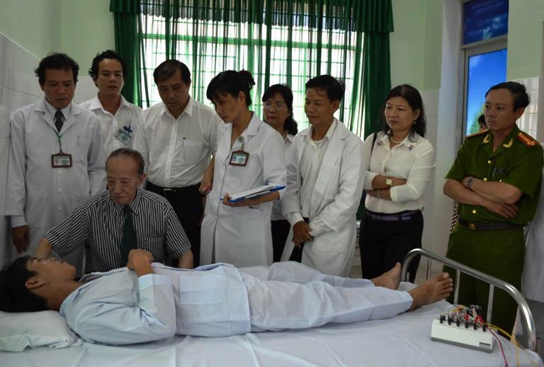 GS Tài Thu khi đang khám chữa bệnh