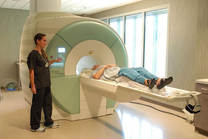 Sau thủ thuật, bệnh nhân được đưa ra ngoài chờ kết quả