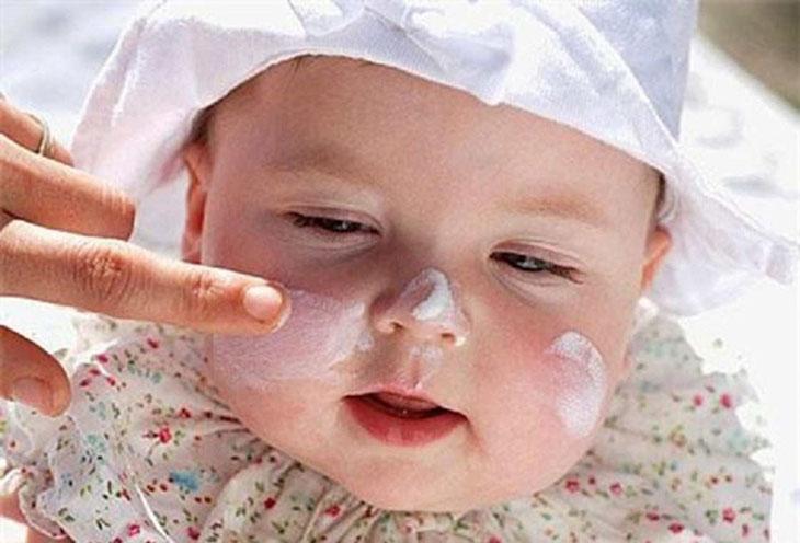 Sau khi tắm xong, mẹ có thể sử dụng khăn bông mềm, sạch lau khô da cho trẻ và bôi kem dưỡng ẩm cho da