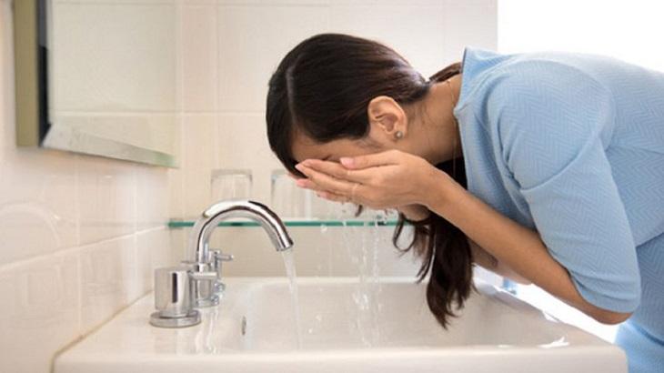 """""""Da khô quá phải làm sao?"""" - Bạn không nên sử dụng nước nóng để rửa mặt hoặc tắm"""
