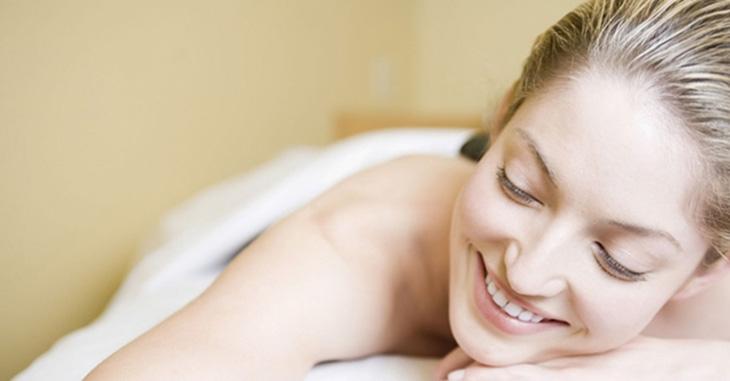 Mẹ sau sinh nên kết hợp các phương pháp trên với một chế độ chăm sóc da mỗi ngày để cải thiện tình trạng khô da sau sinh nhanh chóng. Dưới đây là một số bước chăm sóc da cơ bản mà các mẹ có thể tham khảo