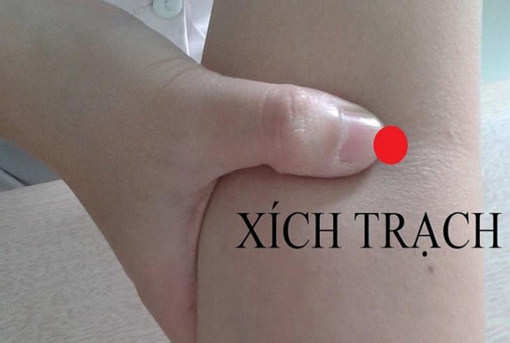 Những cách tác động vào huyệt xích trạch là châm cứu và bấm huyệt