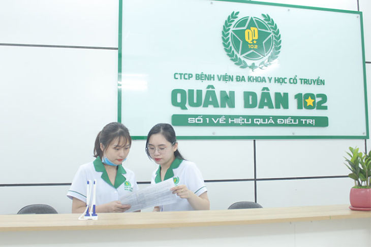 Bệnh viện YHCT Quân Dân 102 có đội ngũ y bác sĩ hàng đầu trong việc thăm khám bằng Đông - Tây y