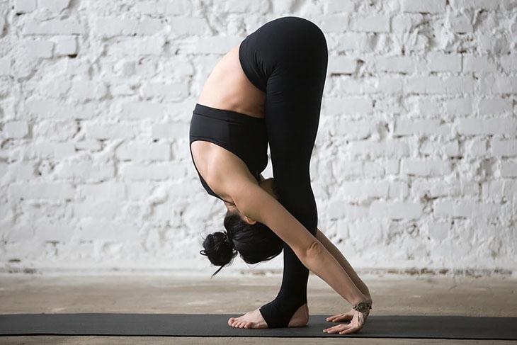 Tư thế gập người hay kéo người thể hiện một khả năng giữ thăng bằng tốt và cơ thể dẻo dai