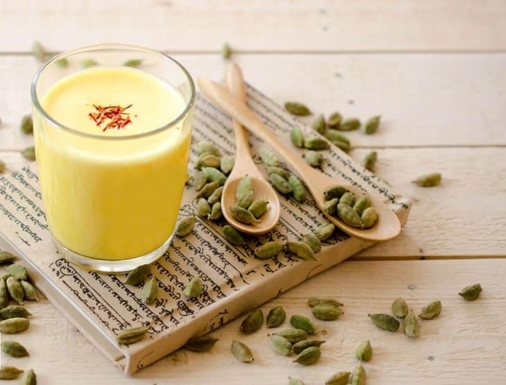 Saffron pha với sữa chua không chỉ hỗ trợ giảm cân mà còn tốt cho tiêu hóa