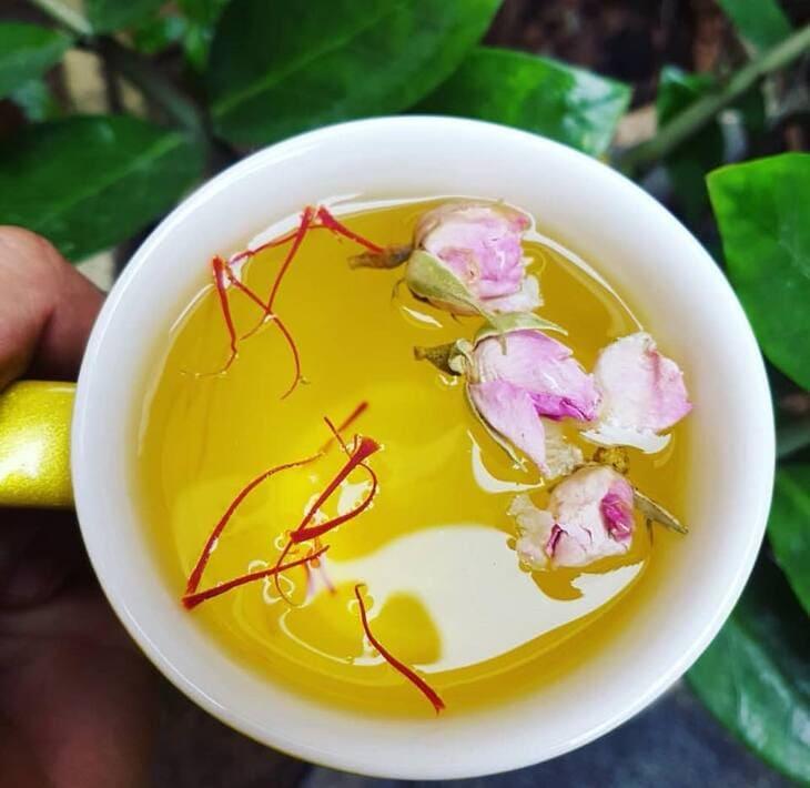 Trà hoa hồng, nhụy hoa nghệ tây có mùi thơm của hoa hồng giúp chống lão hóa, giảm cân và làm đẹp da