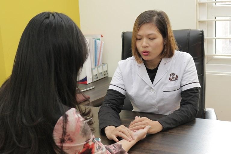 Bác sĩ Oanh thăm khám cho bệnh nhân