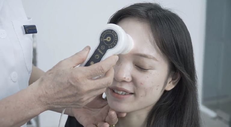 Linh được bác sĩ tại Viện Da liễu Hà Nội Sài Gòn khám da cẩn thận để xác định mức độ mụn