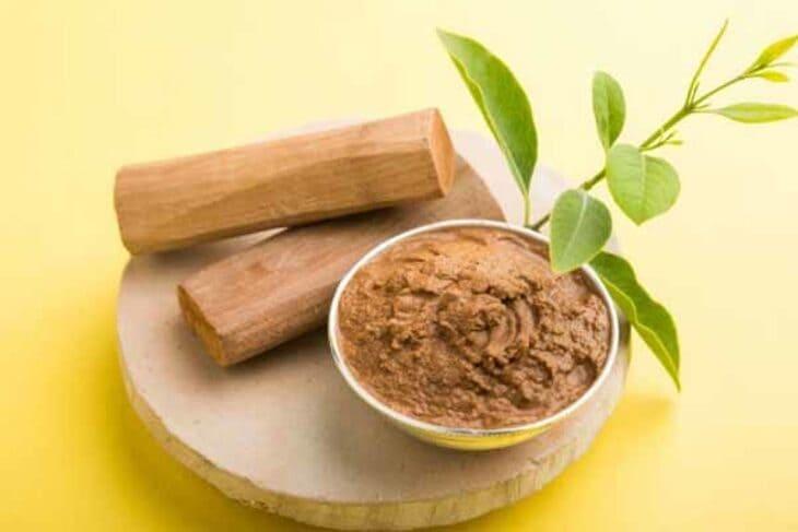 Bột gỗ đàn hương kết hợp với nhụy hoa nghệ tây làm mặt nạ
