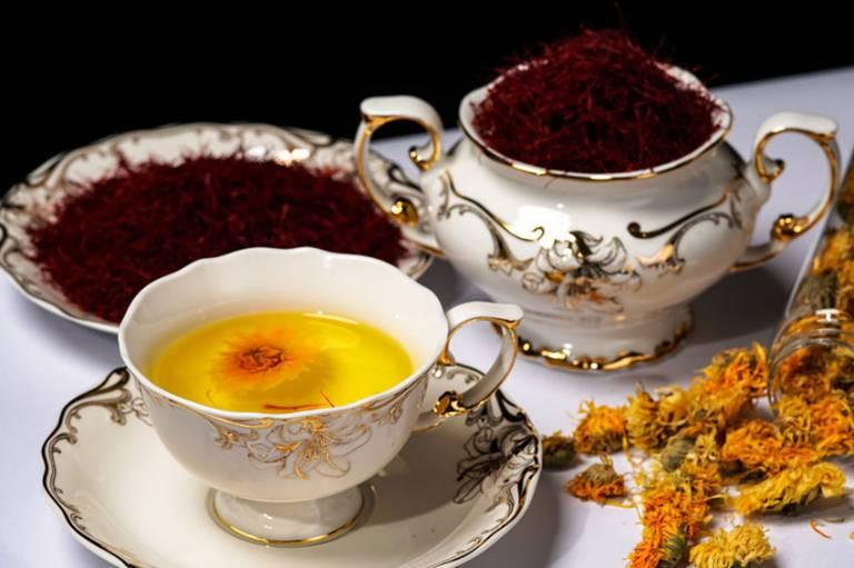 Trà saffron kết hợp với hoa cúc giúp an thần, tốt cho người già, người bị mất ngủ
