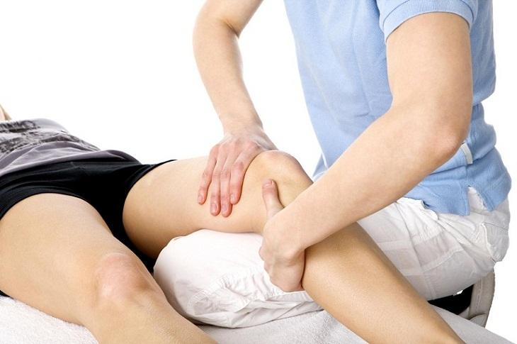 Người bệnh có thể thực hiện các bài tập vật lý trị liệu để giúp khớp gối được linh hoạt hơn