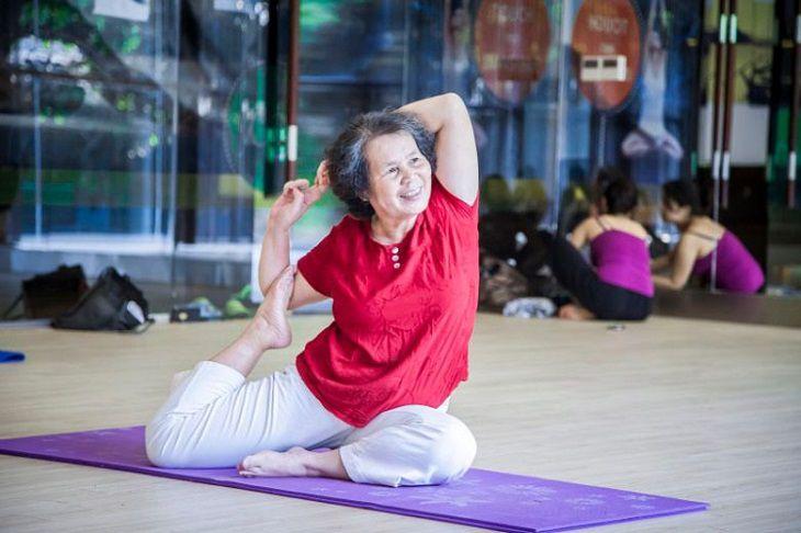 Những bài tập yoga nhẹ nhàng, đi bộ hay đạp xe sẽ giúp chị em cải thiện những cơn đau nhức tuổi mãn kinh.