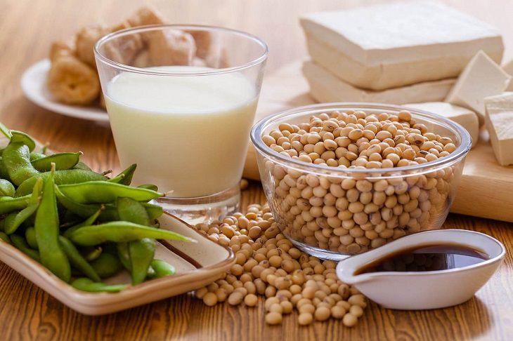 Phytoestrogen trong đậu nành giúp chị em cải thiện các cơn bốc hỏa, khô âm đạo,...