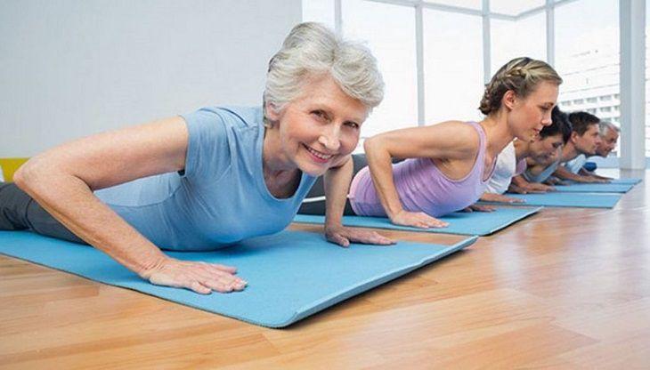 Để mãn kinh muộn, chị em nên thực hiện những bài tập nhẹ nhàng với cường độ phù hợp với sức khỏe như yoga