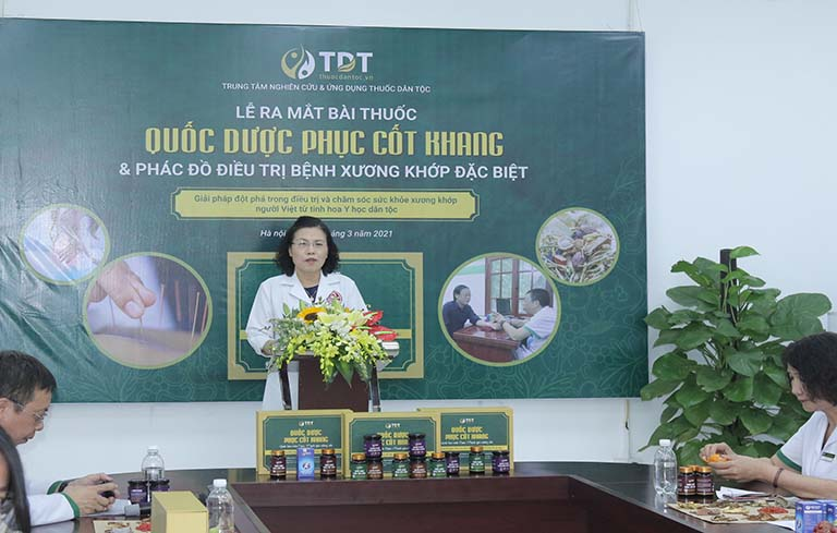 Tiến sĩ, bác sĩ Nguyễn Thị Vân Anh phát biểu trong buổi lễ ra mắt bài thuốc