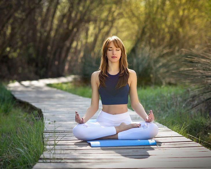 Chị em nên thực hiện các bài tập nhẹ nhàng như yoga, đi bộ, đạp xe... sẽ giúp cơ thể điều chỉnh hormone