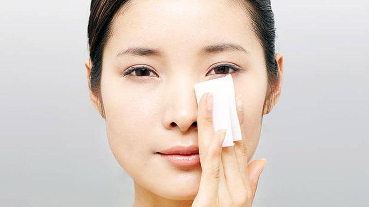 Tẩy trang là mỹ phẩm cần thiết cho làn da dầu