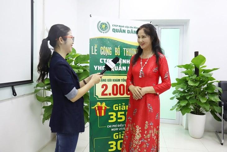 NSƯT Thanh Hiền chia sẻ với phóng viên về quảng thời gian bị viêm da cơ địa