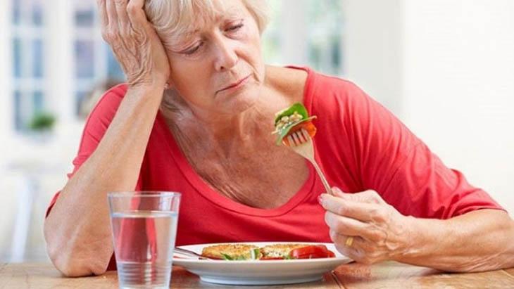 Sỏi thận 4mm khiến người bệnh chán ăn, buồn nôn